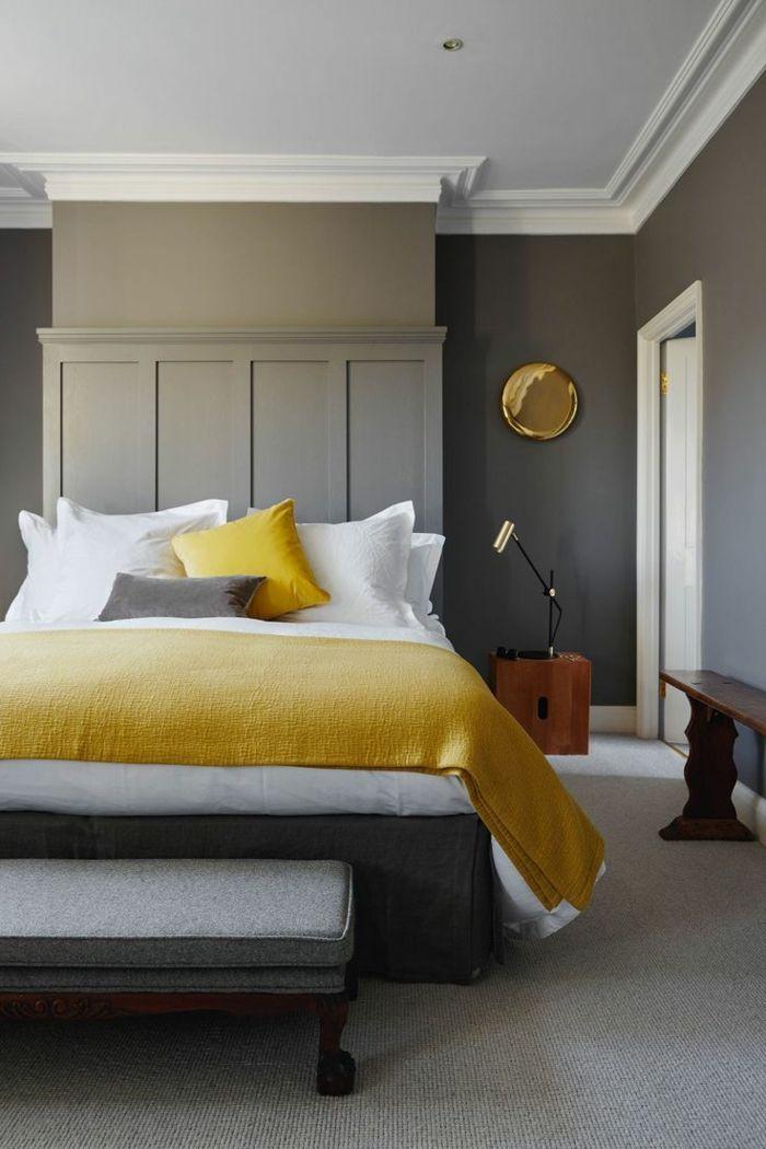 habitaciones de matrimonio, dormitorio en gris, blanco y amarillo, paredes en gris, cama matrimonio con pie de cama, suelo con moqueta y banco de madera