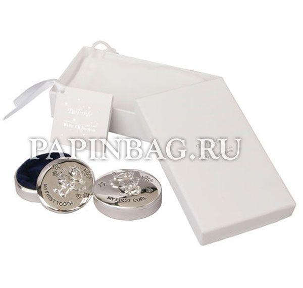 """Набор подарочный """"Коробочки для первого зубика и локона с медвежонком"""" Изысканный и красивый подарочный набор. Коробочки сделаны из металла с блестящей поверхностью, внутри декорированы синей бархатной тканью. Коробочки упакованы в белый бархатный мешочек и в картонный подарочный футляр. Изящный памятный подарок на рождение, Крестины, Годик. http://papinbag.ru/?m=5271"""