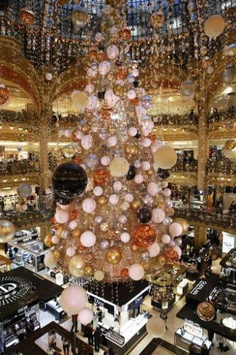 Paris (França): O centro comercial Galeries Lafayette abriga, todos os anos, uma das mais belas árvores de Natal de Paris. Em 2015, a inspiração para a atração é a Via Láctea