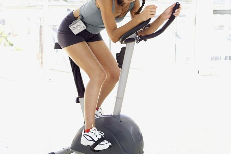 Puntos negativos de una bicicleta fija. Las bicicletas fijas proporcionan un entrenamiento cardiovascular y de tonificación muscular inferior del cuerpo. El diseño compacto de la mayoría la hacen una de las opciones populares para muchos gimnasios en casa. Las bicicletas fijas satisfacen las ...