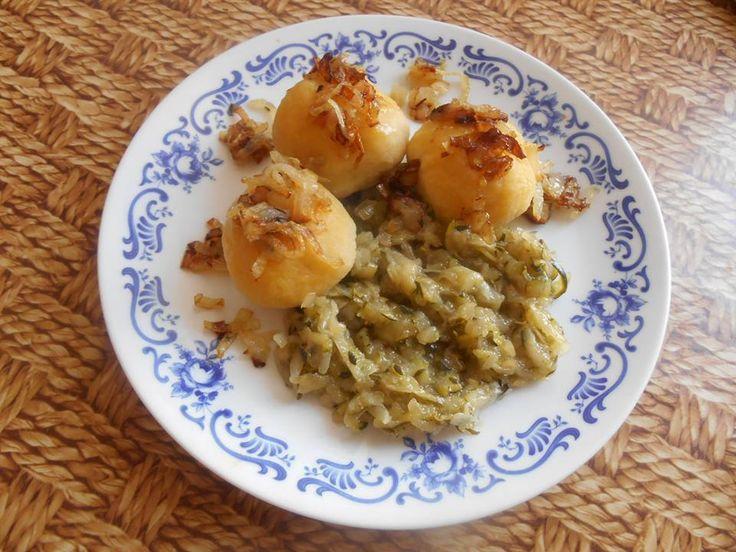 Kytičkový den - bramborové knedlíky (jen se žloutkem), plněné sojovým masem a cuketové zelí.