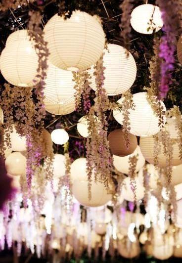Lampions (encore oui !) et guirlandes de fleurs, absolument féérique !