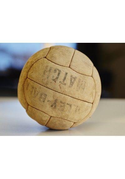 FRANSK Vintage VOLLEYBALL I LÆDER MED PÅSKRIFT Gammel Fransk volleyball i læder med påskrift Se mere Vintage og Antik på www.Hermanna.dk