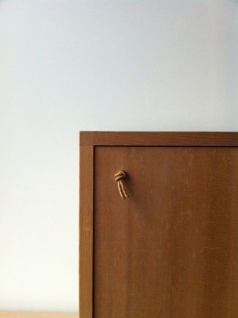 無垢のスプルス材でシンプルな箱をつくりました。  扉のつまみに革紐を結び、アクセントにしました。ベッドサイドやソファーサイドで、小物を置いたり、ちょっとした収納に使っています。  kibako  size:w400 . d295 . h400