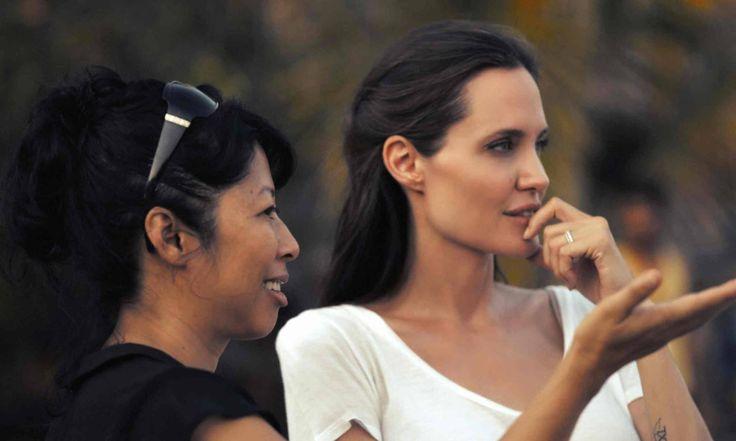 """Guerlain qürur ilə Ancelina Colinin """"Əvvəl onlar mənim atamı öldürdülər"""" filminin premyerasını dəstəkləyir. Ancelina Colinin Kambocada film çəkilişləri olanda Guerlain onunla Guerlain ətirlərinin tarixində yeni başlıq yazmaq üçün görüşdü."""