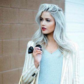 Conheça o método de platinar os cabelos na touca com passo-a-passo fácil. Veja dicas para manter o tom e deixá-lo na cor certa! http://salaovirtual.org/mecha-platinada-touca/ #comopintar #mechas #platinadas #touca #salaovirtual
