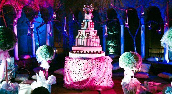 Il Galateo del matrimonio non impone regole molto rigide per la torta nuziale ma il buon gusto, la sobrietà e l'eleganza andrebbero sempre tenute in considerazione.