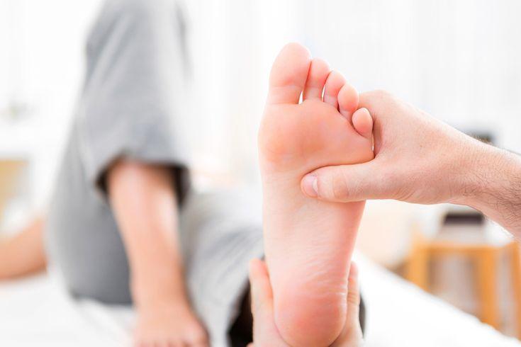 Des conseils pour soulager les oignons au pied (hallux valgus) et pour en finir avec la douleur, la raideur articulaire et les difficultés à vous chausser.