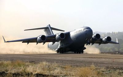 Boeing C-17 Globemaster III taking off Wallpaper