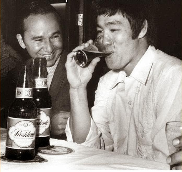 8 Bruce Lee Diet rules – Bruce Lee's Diet and Nutrition Bruce Lee's diet and exercise regime meant that he had close to zero percent body fat. Following this diet regime could help you to lose belly fat as well as improve muscular growth. His daughter said he did not drink alcohol but posed for a marketing shot.