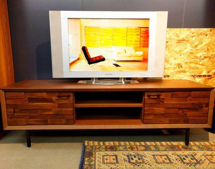 入荷しました◎ [サイズ] W1500✕D425H✕470  ウォールナット材と黒の鉄脚の組み合わせがいい感じのTVボード👍 特徴あるデザインと上質な仕上がりが落ち着いた空間を演出します👺  革張り、布張りどちらのソファにもよく合います!  現品限りの特価品ですのでお早めに☺️ #bigwood#ビッグウッド#ビッグウッド明石#家具#furniture#インテリア#interior#TVボード#iron#アイアン#ウォールナット#walnut#凸凹#兵庫#神戸#明石#大久保#魚住