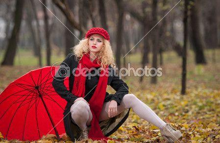 Aantrekkelijke jonge vrouw in een herfst mode-shoot. mooi modieuze jonge meisje met rode paraplu, rode GLB en rode sjaal in het park. blonde vrouwen met rode accessoires poseren buiten. mooie eerlijke hair meisje — Stockfoto © iancucristi #33759611