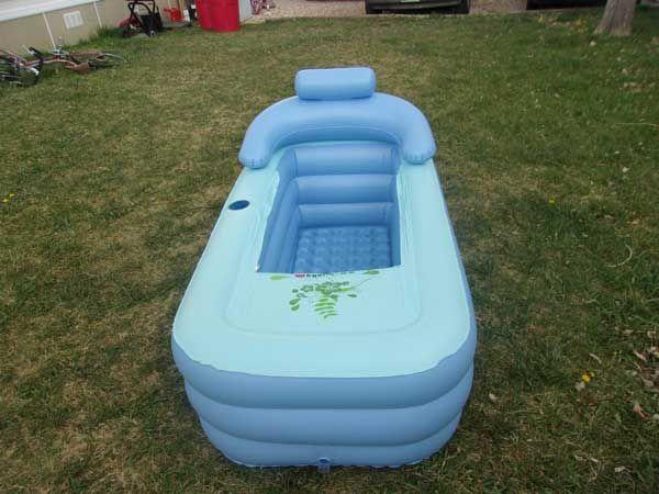 Cette baignoire gonflable pour adulte est pliable et facile à transporter afin de servir de bain d'appoint lorsque l'on manque de place.