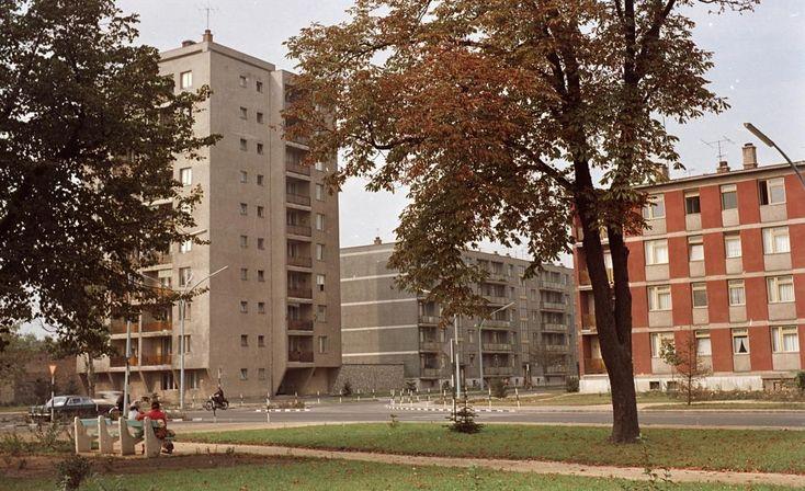 Deák Ferenc utca - Lövölde utca sarok, balra Horvát István út torkolatánál álló pontház.