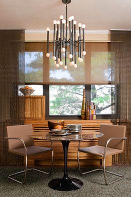 Acogedor espacio de comedor junto a la ventana vestida con cortina y estor screen en tonos marrones. Fuente wsj.com