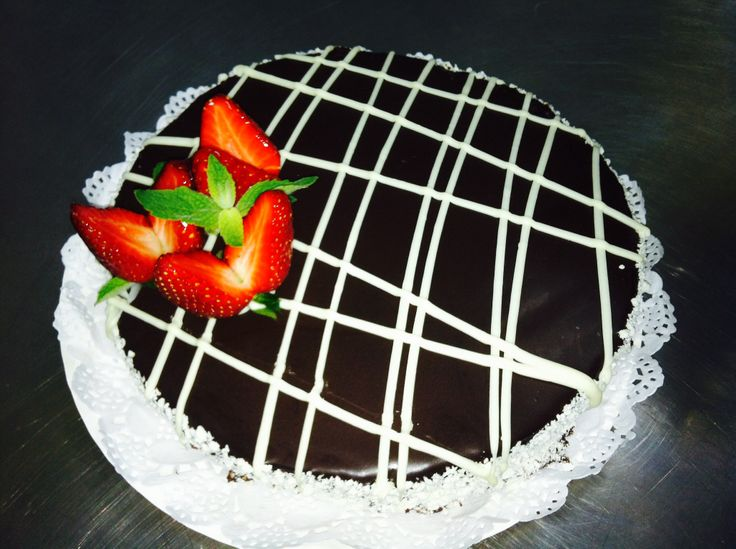 Torta de panqueque de chocolate con ganache