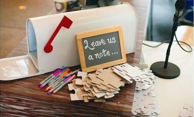 Fatevi lasciare un pensiero dai vostri ospiti in maniera originale! Basta comprare un puzzle neutro e lasciare dei pennarelli per le dediche! Gli ospiti si divertiranno e voi avrete un bel ricordo da appendere nella vostra casa!  #wedding-ideas #puzzle-wedding #idee-matrimonio #whiteweddingitaly