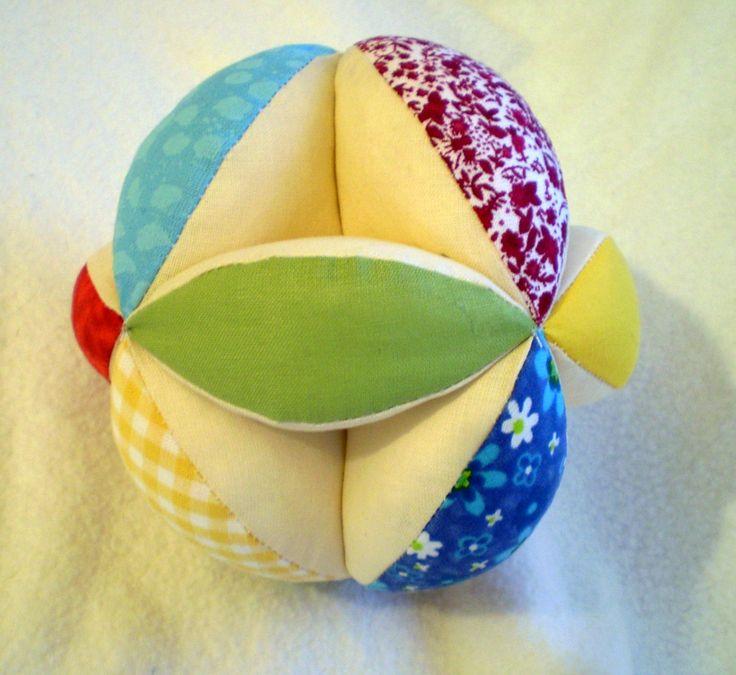 Uchopovací míček pro nejmenší Bavlněný míček plněný dutým vláknem je vhodnou hračkou pro nejmenší děti. Dobře se jim uchopuje a je pěkně barevný. Lze prát v pračce na 30st. Průměr 10cm. kombinaci barev lze vybrat z přiloženého vzorníku