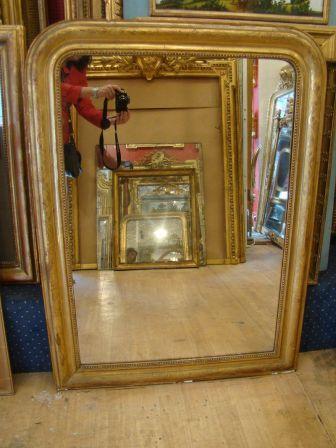 Miroir d'époque Louis Philippe, en bois et plâtre doré à la feuille d'or, gravée de fleurs,glace ancienne a l'argent