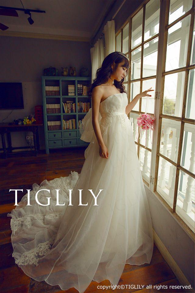 【TIGLILY】ウェディングドレス_ホワイトドレス(w2007) エアリーでバックリボントレーンが可愛らしいエンパイアラインのドレス。