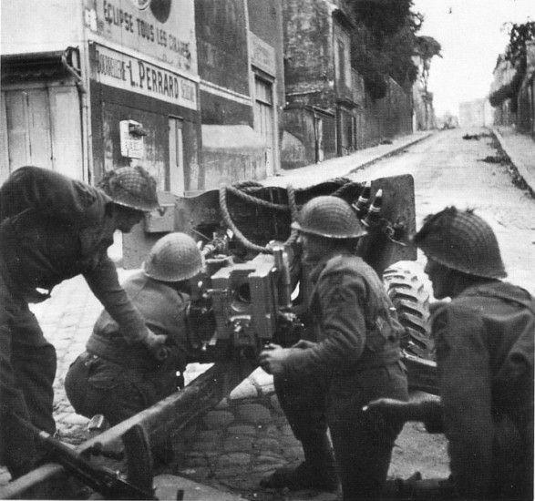 Caen, juillet 1944: des artilleurs du 1st KOSB / 3rd ID avec leur canon antichar dans la Rue de Vaugueux.
