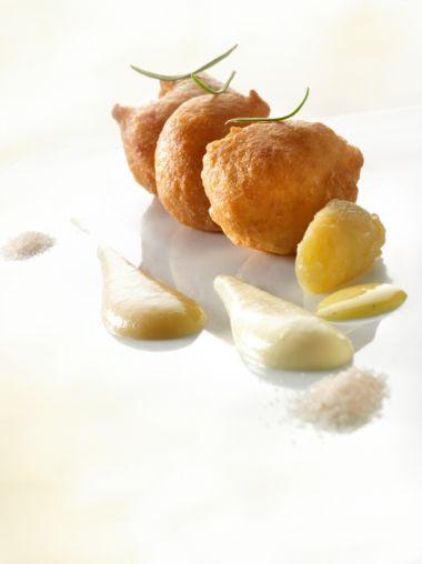 Oliebollen met appelcompote en vanillesaus
