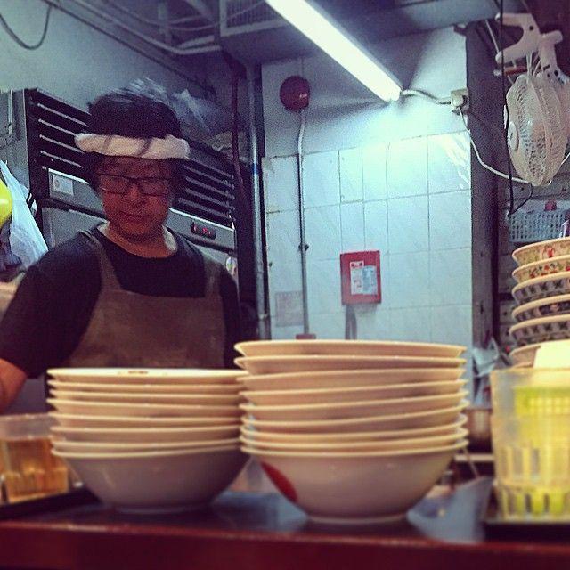 [深夜食堂]聯和墟的爵士拉麵,老闆小村先生正在落力整拉麵,一邊整一邊留大汗。來先北海道釧路市的老闆,廣東話帶著濃濃的日語口音,和兩位助手夾手夾腳整拉麵,十分合拍。  招牌菜爵士拉麵,有大大片的肥牛和叉燒,大食如我也會吃得很飽。略鹹的味噌湯底,在不夠冷氣的食堂,味道倒也十分配合。  一位看似熟客的大隻男子坐下,老闆親切地和他打了聲招呼,之後端了一碗特製的肥牛飯給他,碗邊鋪滿了紫菜,很有衝動問老闆,是否他懂得做的,我們都可以叫。  想去爵士拉麵用餐也不是一定能如願。之前舖頭休息了三個星期,逢星期一二休息,晚上時間六時至九時營業,午市也不一定開門,落單後不准改單,規矩多多,不一定顧客至上,香港人也應學習尊重食物,感謝為你烹調料理的人。