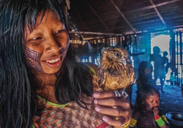 Индейская девушка и воробьиный сыч, Племя каяпо, Амазония, Бразилия