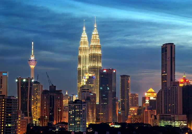 Kuala Lumpur i Malaysia er en levende blanding af kunst, kultur og storslået arkitektur - bl.a. de kendte Petronas Towers, som er byens vartegn. De var engang verdens højeste bygningsværk, og de kan ses næsten overalt i byen.