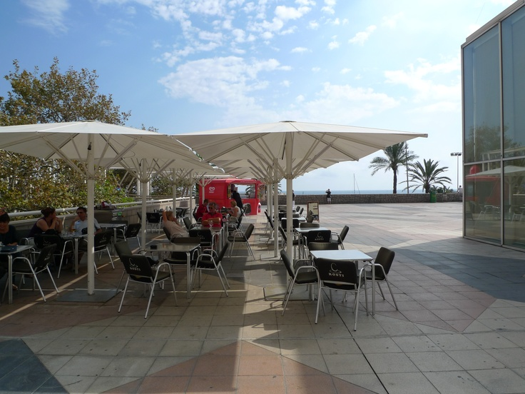 Ubicat al Port Olímpic i davant del mar, un lloc ideal per dinar o sopar | Situated in the heart of the olimpic port, it is an ideal place for lunch and dinner | Ubicado en el Puerto Olímpico y frente al mar, un lugar ideal para comer o cenar | Rosti Restaurant | Lugar: c/ Ramón trias fargas 2, 08005 Barcelona | Estilos de Comida:	   Hamburguesas - Tapas | Horario: Mar - Jue: 9:00 - 17:00,  Vie - Sáb: 9:00 - 3:00, Dom: 9:00 - 21:00