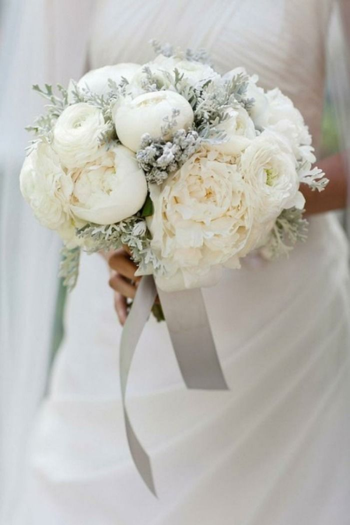 Trendiger Blumenstrauß in Weiß und Silber mit Pfingstrosen