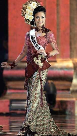 Miss Indonesia Universe (Artika Sari Devi) wearing a  Balinese style Kebaya for Miss Universe 2005 at Thailand.