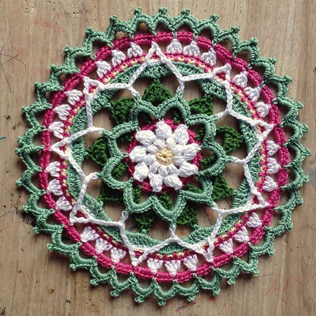 Spring Daisy Mandala - gorgeous free crochet pattern at The Crafty Cowrie.                                                                                                                                                                                 Más