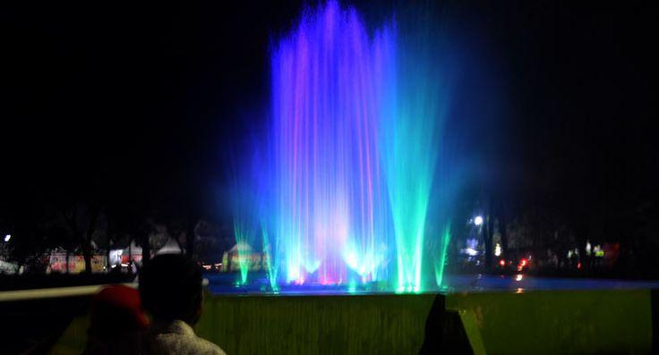 KARANGANYAR– Proyek pembangunan air mancur berjuluk 'Wings of Time' Karanganyar di Taman Gajah Alun-alun Karanganyar telah selesai dibangun. Saat diujicobakan selama tiga malam sejak Sabtu malam, (7/11) proyek yang menghabiskan anggaran Rp 1,6 miliar itu langsung menarik perhatian masyarakat