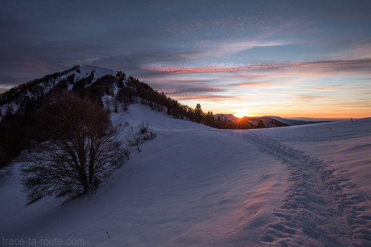 #CoucherDeSoleil au Col de la Buffaz avec la Pointe de la #Galoppaz sous la #neige en #hiver - Massif des #Bauges #Randonnée #raquettes