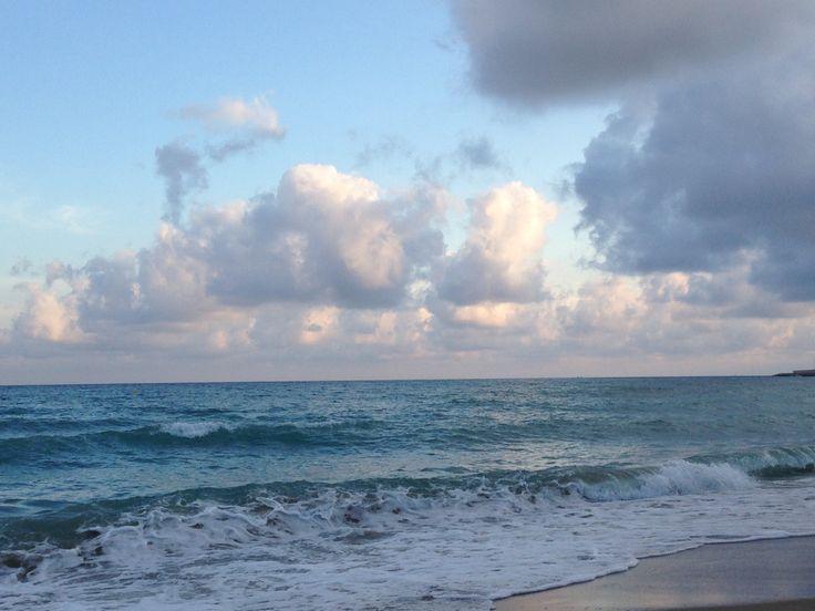 Cuando se es frágil emocionalmente, basta con mirar un panorama, escuchar el sonido del mar y recordar el rostro de las personas con las que hemos estado hasta unos instantes antes. (Banana Yoshimoto)