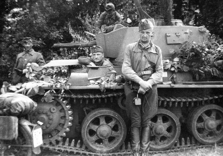 42M Toldi II harckocsi kezelőivel.