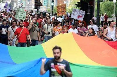 Bilbao se adentra en Fitur Gay para atraer al turista LGBT. El turista homosexual consume un 40% más que el heterosexual. Es un perfil de visitante urbano, que busca una oferta cultural y de ocio. Luis Castillo | El Mundo, 2016-01-19 http://www.elmundo.es/pais-vasco/2016/01/19/569e67b446163fe72a8b45f3.html