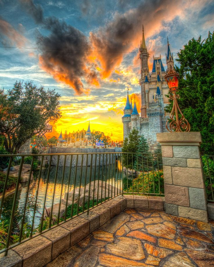 Замок Золушки в Диснейленде Орландо, США