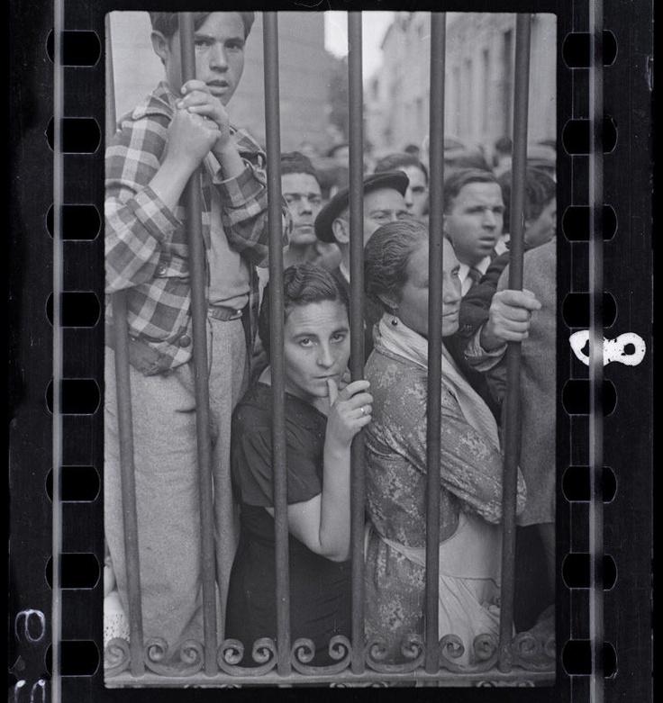 Gerda Taro, Crowd at the gate of the morgue after the air raid, Valencia, 1937