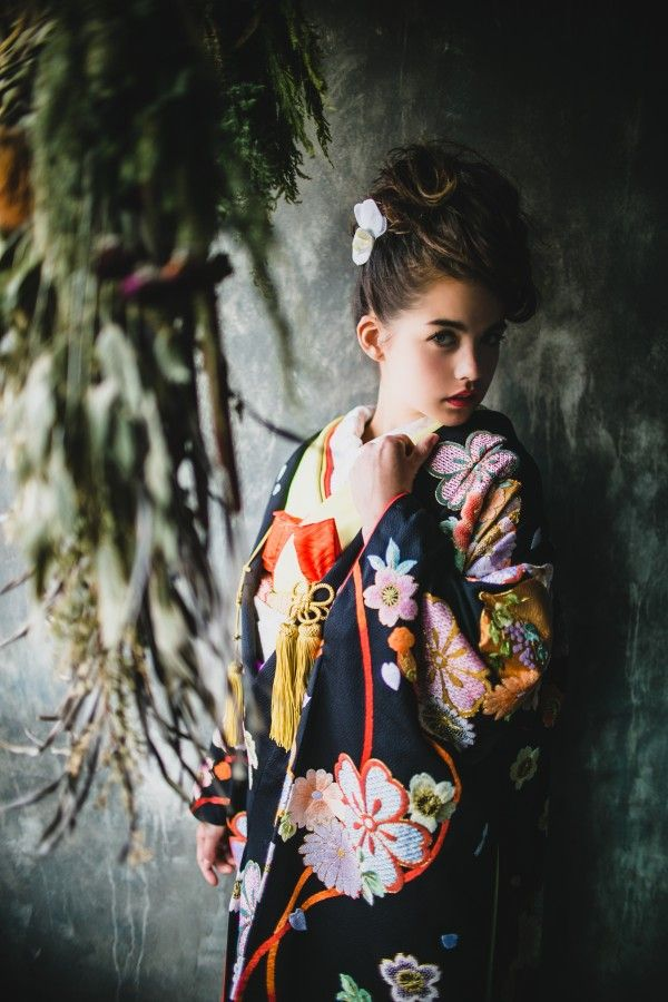 『黒地相良花の舞』相良刺繍で愛らしく施された淡い色合いの鞠と花々が黒地に浮き上がり、まるで舞っているよう。ちりめん地のふんわり感と相まって、花嫁さまの可愛らしさを引き出す一着です。– 南青山の花嫁着物レンタルサロン CUCURU(くくる)