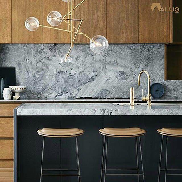 Backsplash de mármore cinzento armários de madeira natural cozinha moderna // Grey Marble Backsplash Natural Wood Cabinets Modern Kitchen http://alug.online #alugar
