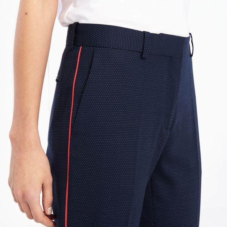Pantalon Sandro à pinces<br /> • Coupe droite<br /> • Laine mélangée<br /> • Deux poches plaquées sur le devant et une passepoilée à l'arrière <br /> • Liseré coloré sur le côté des jambes<br /> • Fermeture par un crochet et un zip sous patte cachée<br /> • Le mannequin porte une taille 36<br /><br /> Ce pantalon sera parfait en total look avec la veste...