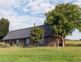 Stvořená k odpočinku: Klasická stodola z moderních materiálů má vlastní saunu   Realizace   Architektura   www.asb-portal.cz