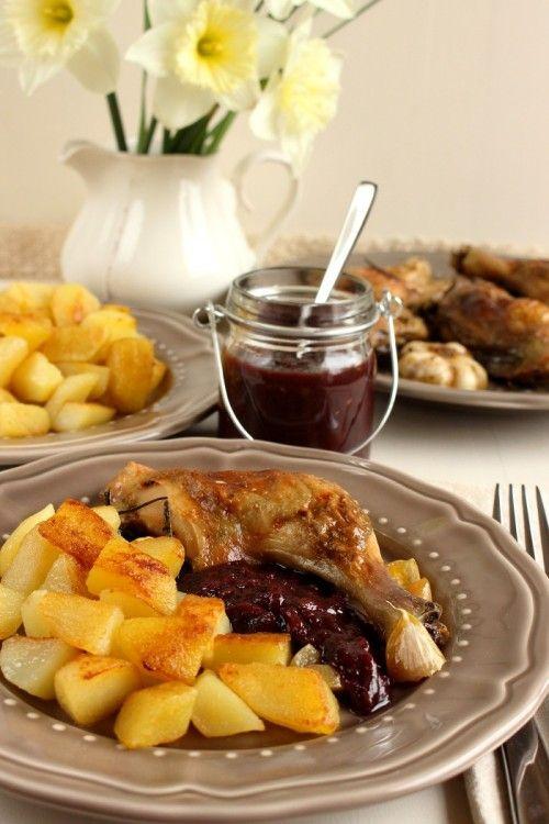 Fűszervajas csirkecomb kökénymártással, pirított burgonyával