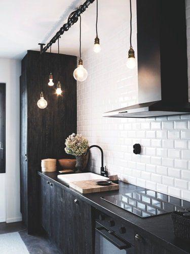 LIke this lighting solution. Multiple bare bulbs on black cord. Black kitchen. Boligen fyldt med dyrekranier & balletsko