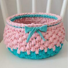 Um cesto candy color e muito fofo saindo do forno e ainda disponível  amo essa combinação de cores  #cestos #basket #crochet #fiosdemalha #artecomeuroroma #trapillo #cestosorganizadores #decoracao