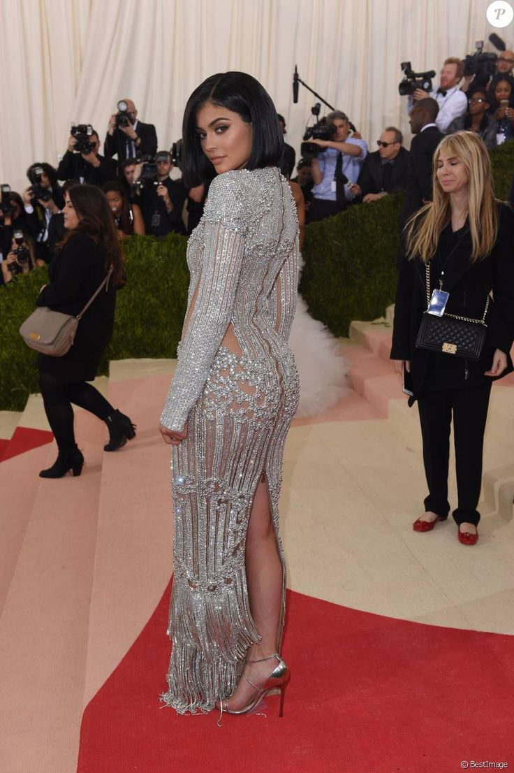 Les 25 meilleures idees de la categorie kylie jenner met for Kylie jenner robe