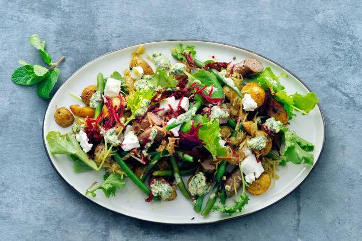 Salade alleen iets voor in de zomer? Niet als je 'm zo goed vult als deze. - Recept - Allerhande