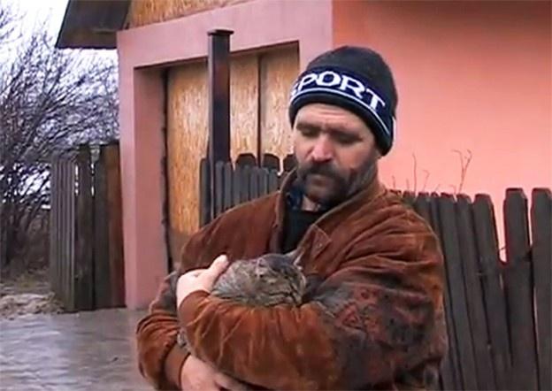 Într-o localitate din judeţul Buzău, o femeie şi un adolescent au fost muşcaţi de o pisică turbată. Direcţia Sanitar-Veterinară Buzău a confirmat că animalul care i-a muşcat pe cei doi avea rabie şi urmează să vaccineze toate animalele domestice din jurul focarului.